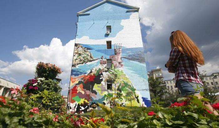 Рисунок замка «Ласточкино гнездо» в Ялте на здании в Москве.