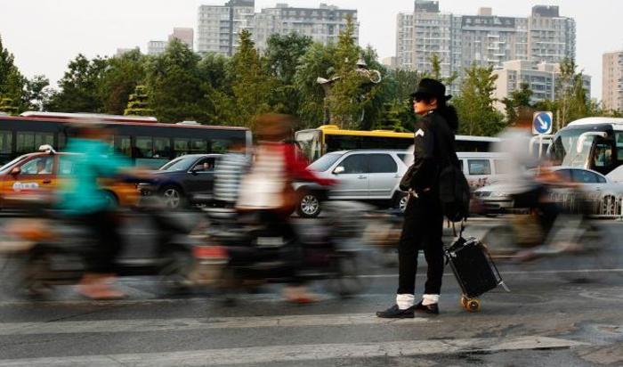 Актер, изображающий Майкла Джексона, перед выступлением в Пекине.