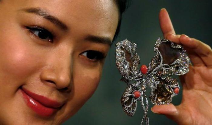 Брошь «Балерина-бабочка» на предпросмотре аукциона Сотбис в Гонконге 18 сентября 2014.
