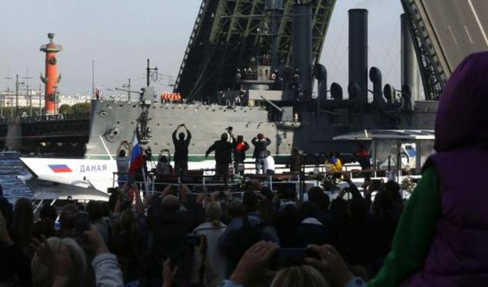 Крейсер «Аврора» отбуксирован в док для ремонта в Крондштат 21 сентября 2014.