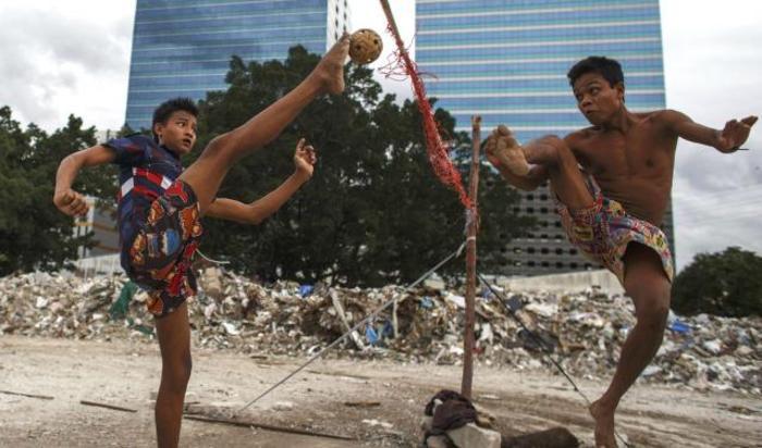 Мигранты играют в сепак такро («волейбол кунг-фу») в Бангкоке.