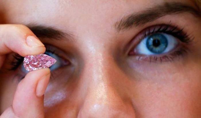 Пурпурно-розовый бриллиант размером 8,41 карат на аукционе Sotheby's в Лондоне, Великобритания 29 сентября 2014.