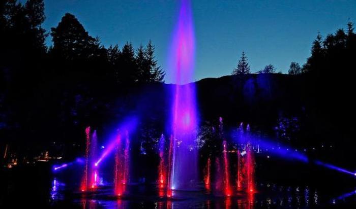 Ежегодный фестиваль света и музыки «Enchanted Forest» в Питлохри, Шотландия.