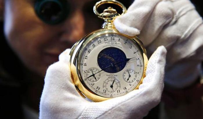 Дарин Шниппер, возглавляющая международный часовой департамент Sotheby's, представляет «Часы Генри Грэйвза» от Patek Philippe в Лондоне 21 октября 2014.