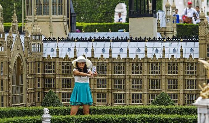 Миниатюрная копия парламента в Лондоне в тематическом парке под названием «Окно в мир» в Шэньчжэнь, Китай.