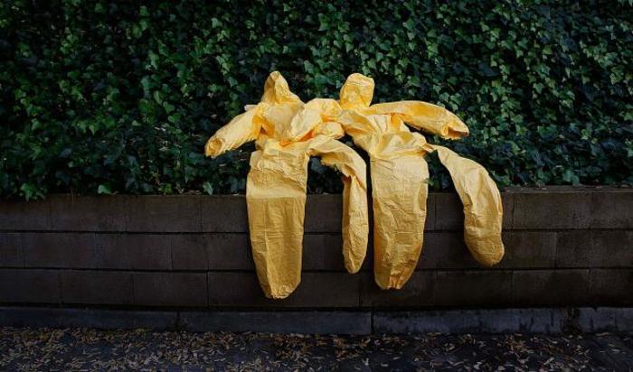 Защитные костюмы сушатся после обучающих занятий по борьбе с вирусом Эбола для медиков. Занятия проводит испанский Красный Крест в Мадриде.
