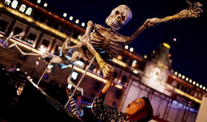Арт-инсталляции в честь празднования Дня Мертвых на площади Сокало, Мехико, Мексика 31 октября 2014.