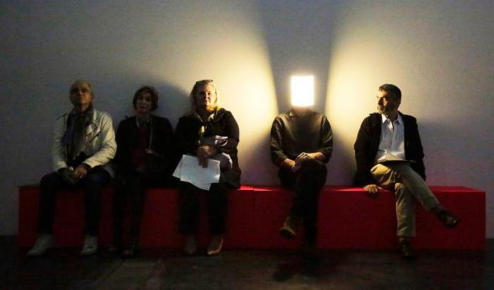 Человек в светодиодной световой маске  во время пресс-превью первой крупной ретроспективы французского художника Пьера Юига в Лос-Анджелесе , США 19 ноября 2014.