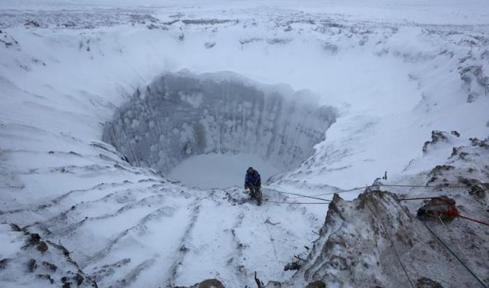 Участник экспедиции к новообразовавшемуся кратеру на Ямале, Россия.