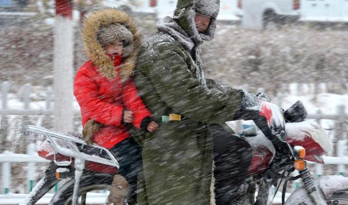 Ветер и снег в городе Баркуль, Китай.
