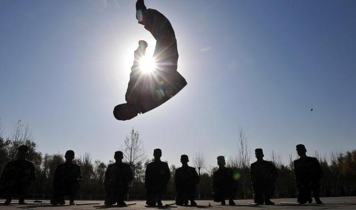 Военизированные полицейские на тренировочной базе в Инчуане, Китай.