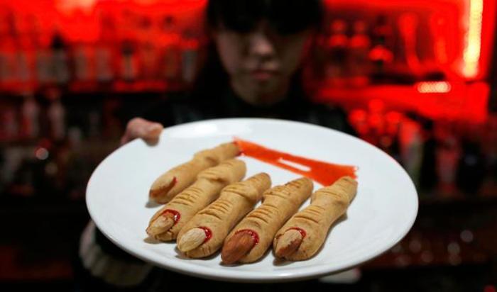 Печенье в форме нарезанных пальцев в V-баре вампирской тематики в Пекине, Китай 28 ноября 2014.