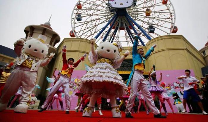 Танцоры в парке развлечений Hello Kitty в Анжи, провинция Чжэцзян, Китай 28 ноября 2014.