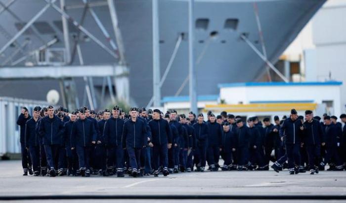 Российские моряки в порту Сен-Назер на западном побережье Франции 18 декабря 2014.