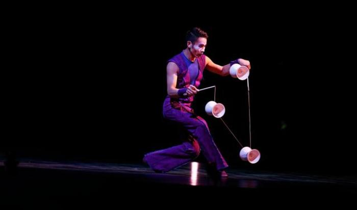 Артист выступает во время шоу «Quidam» Цирка дю Солей в Лиссабоне, Португалия.