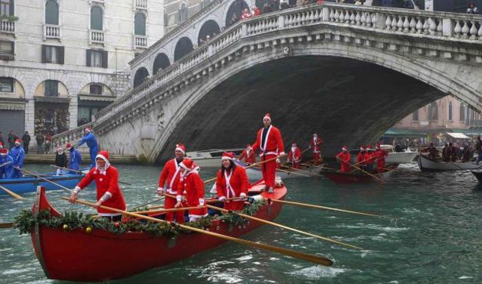 Парад Санта-Клаусов в Венеции, Италия 21 декабря 2014.