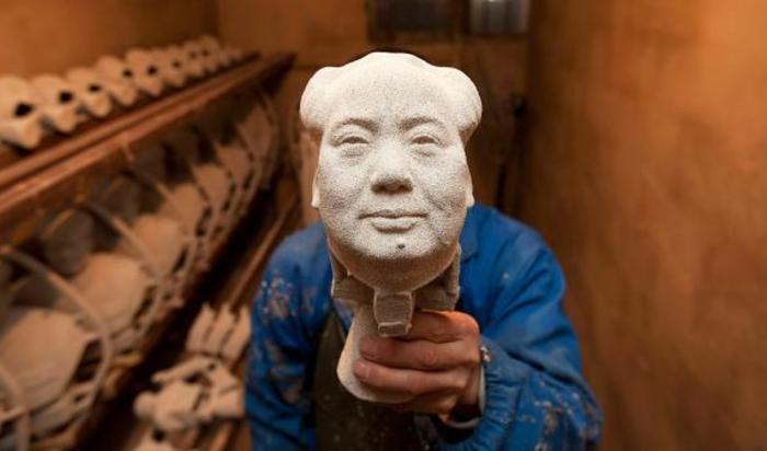 Бронзовая статуя покойного Председателя КНР Мао Цзэдуна на заводе в Шаошань провинции Хунань, Китай.