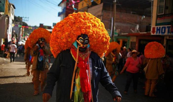 Традиционные мексиканские танцоры в масках «Tlacololeros» на марше в Чильпансинго, Мексика.