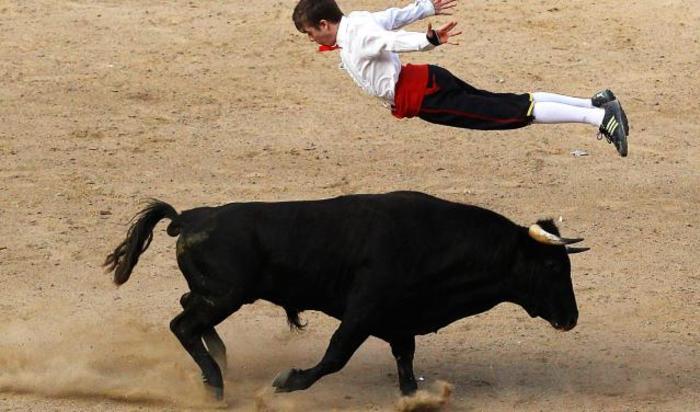 Испанский рекортадор прыгает через быка во время шоу в Кали, Колумбия.