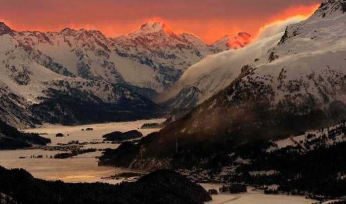 Солнце освещает вершины гор. Санкт-Мориц, Швейцария.