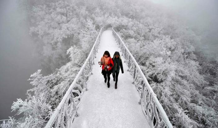 Туристы в заповеднике Чжанцзяцзе, Китай.