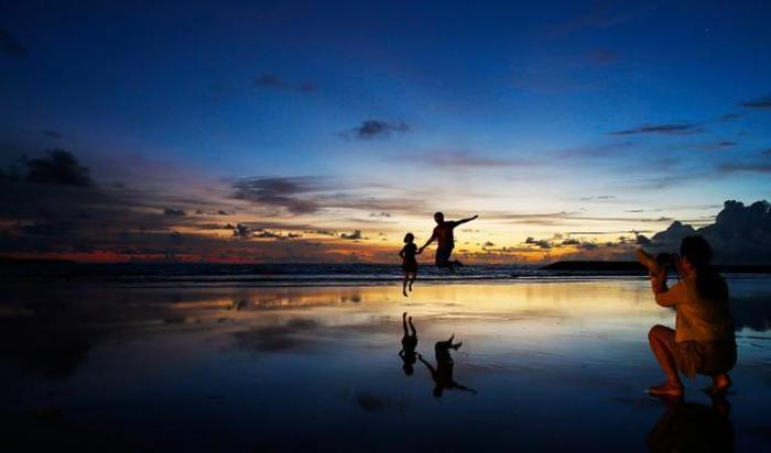 Туристы на пляже Кута Бич, Бали.
