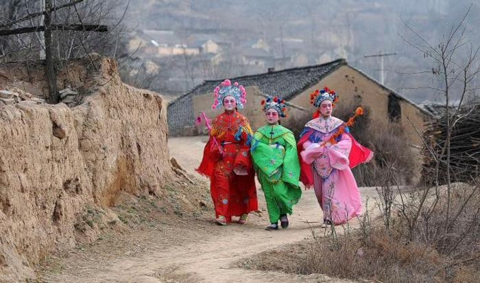 Девушки в традиционных костюмах во время празднования китайского Нового года. Лонгхианг, Китай.