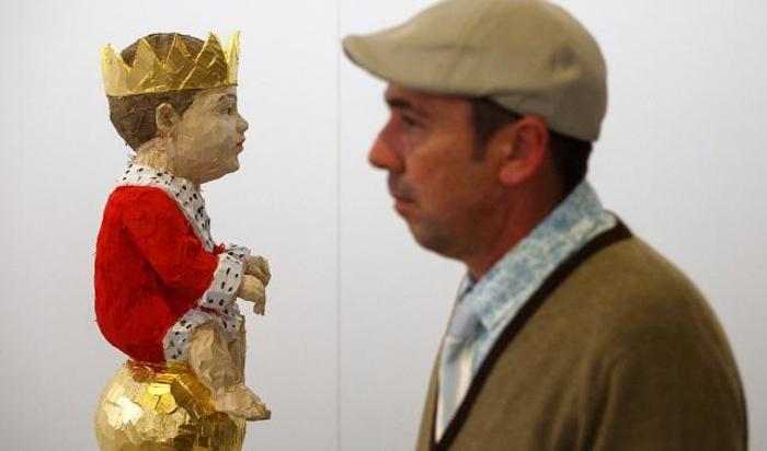 Посетитель арт-ярмарки современного искусства ARCO в Мадриде, Испания.