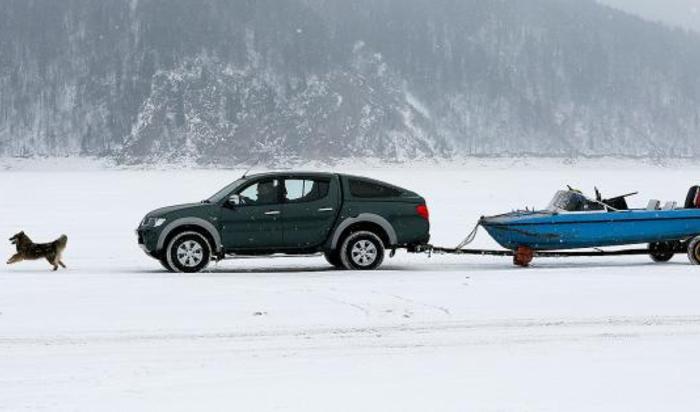 Машина едет по замерзшей реке Енисей недалеко от поселка Хмельники.