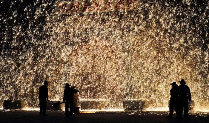 Участники праздничных мероприятий в честь Нового года льют расплавленный металл на бетонную стену, в результате чего получается искрящийся фейерверк. Нуаньцюань, Китай, 1 марта 2015.