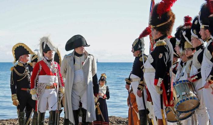 Реконструкция высадки Наполеона Бонапарта в Гольф-Жуане в рамках празднования 200-летия со дня его бегства с острова Эльба. Франция, 1 марта 2015.