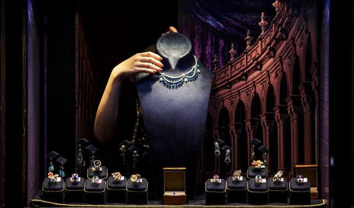 Украшения за витриной на Hong Kong International Jewellery Show 4 марта 2015.