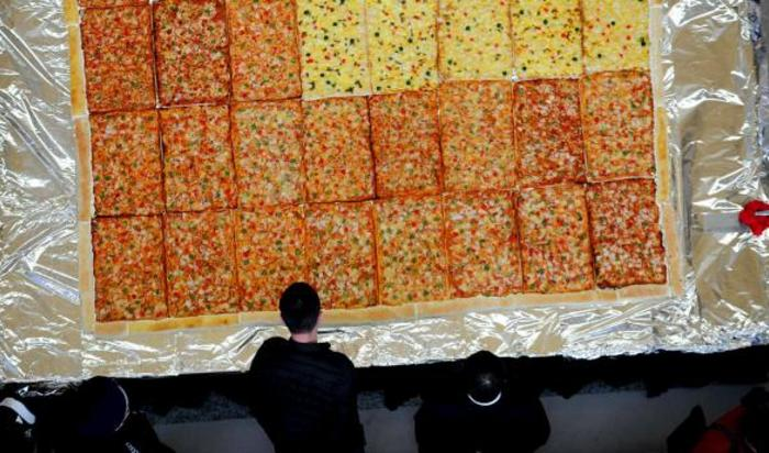 Пицца из 48 более маленьких пицц в рамках промо-акции в торговом центре в Шэньяне, провинция Ляонин, Китай.
