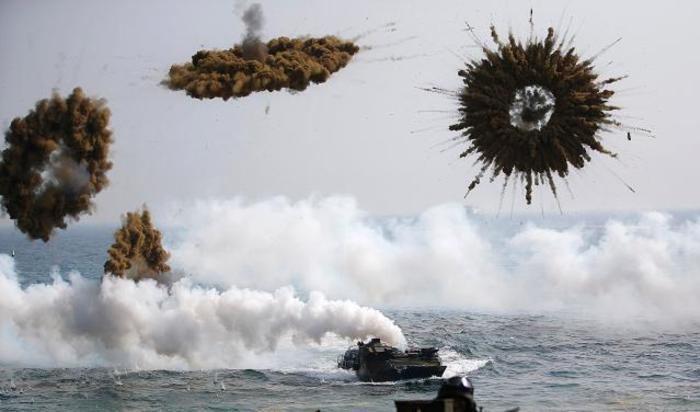 Южнокорейские морские пехотинцы взрывают дымовые бомбы во время совместных тренировок с армией США в Пхохане, 30 марта 2015.