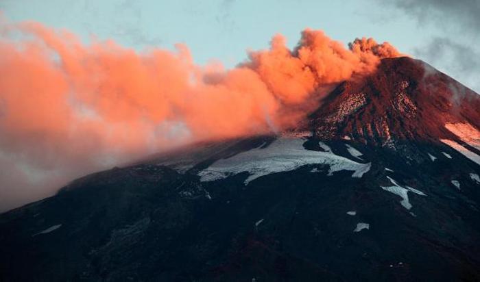 Дым и лава извергаются из вулкана Вильяррика, Чили, 29 марта 2015.