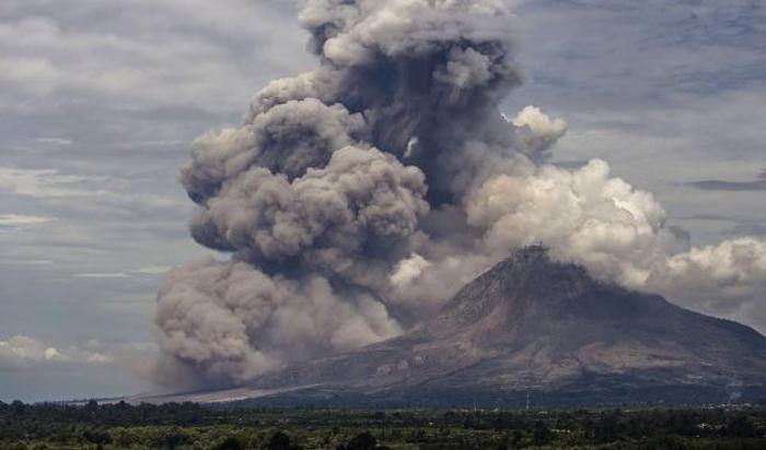 Синабунг вулкан извергается c горы Гундалинг в Индонезии Северная Суматра 1 апреля 2015.