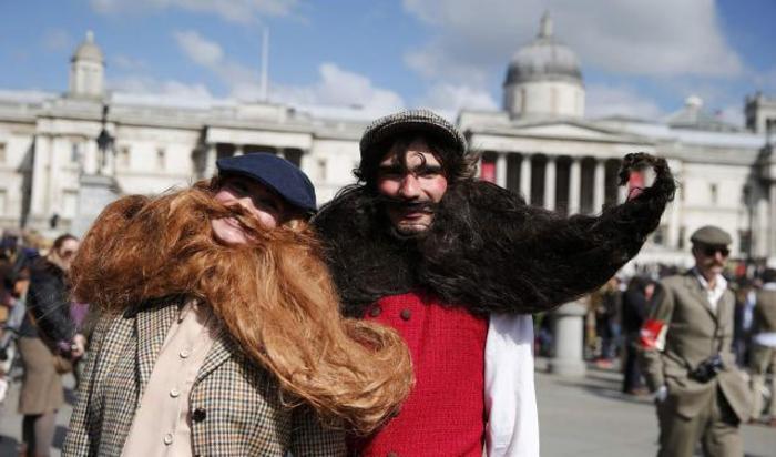 Участники ежегодного события Tweed Run в центре Лондона, Великобритания 18 апреля 2015.
