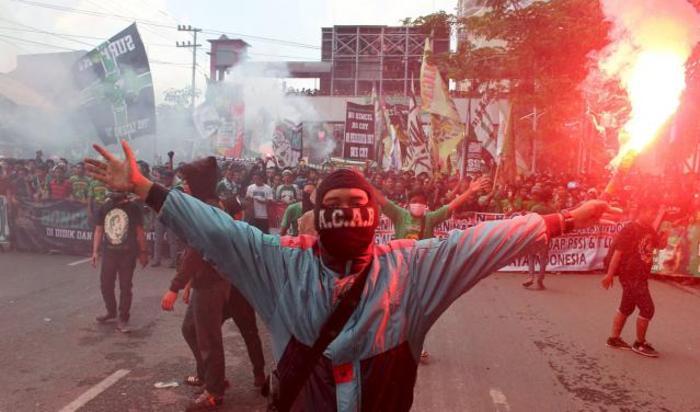 Фанат футбольного клуба «Персебая 1927» во время акции протеста против местной ассоциации футбола PSSI в Сурабае, Индонезия 18 апреля 2015.