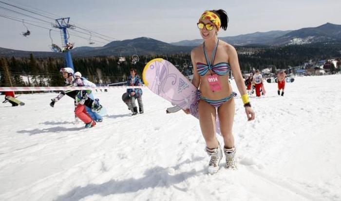 Сноубордистка в бикини во время массового спуска в купальниках, проведенного в рамках фестиваля Grelka Fest с целью установить новый мировой рекорд. Шерегеш, Россия, 18 апреля 2015.
