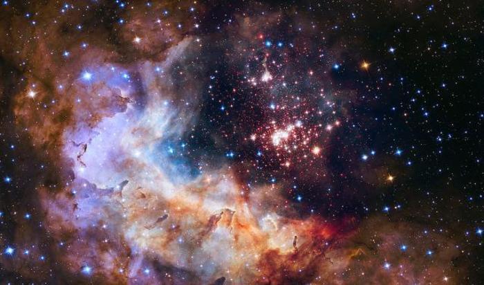 Скопление звезд Westerlund 2, расположенное примерно в 20000 световых лет от нашей планеты. Этот снимок входит в серию, выпущенную НАСА к 25-летию запуска телескопа Хаббл на орбиту.