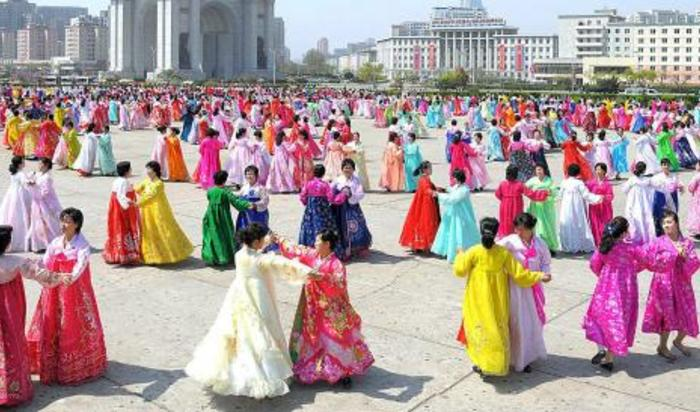 Члены союза женщин принимают участие в танцевальном представлении на площади Триумфальной арки в честь 83-й годовщины со дня основания Корейской народной армии (КНА) в Пхеньяне, Южная Корея 25 апреля 2015.