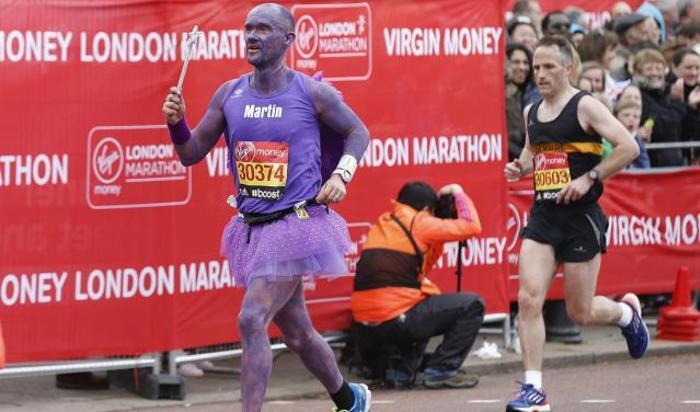 Участник марафона Virgin Money в Лондоне, Великобритания 26 апреля 2015.