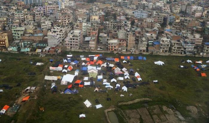 Палаточный лагерь, разбитый возле аэропорта Катманду после землетрясения в Непале, 28 апреля 2015.