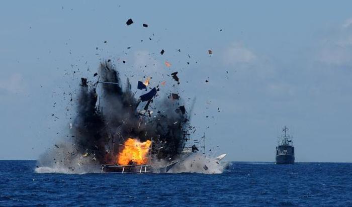 Корабль ВМФ Индонезии уничтожает иностранное судно, пойманное во время незаконной ловли рыбы в водах Индонезии недалеко от Битунга.