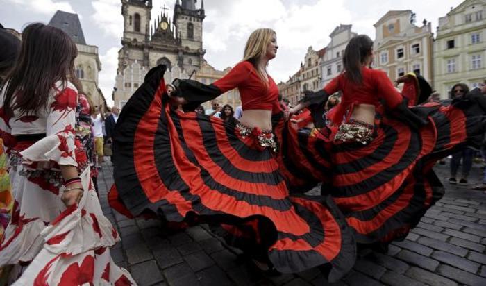 Участницы цыганского фестивала Хаморо танцуют в историческом центре Праги, Чехия.