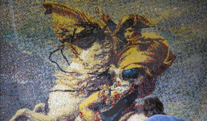 Картина с изображением Наполеона, собранная из тысяч деталей лего, на выставке «Histoire en Briques Lego» в Ватерлоо, Бельгия. Выставка является частью торжеств по случаю празднования двухсотлетия Битвы при Ватерлоо.