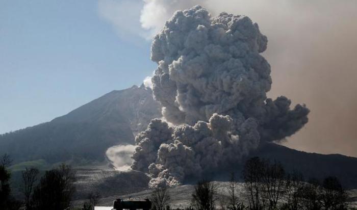 Извержение вулкана Синабунг в провинции Северная Суматра, Индонезия 29 июня 2015.