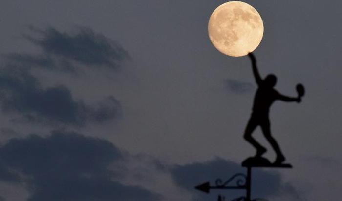 Луна над флюгером Всеанглийского клуба лаун-тенниса и крокета, в котором сейчас проходит Уимблдонский турнир. Лондон, Великобритания.