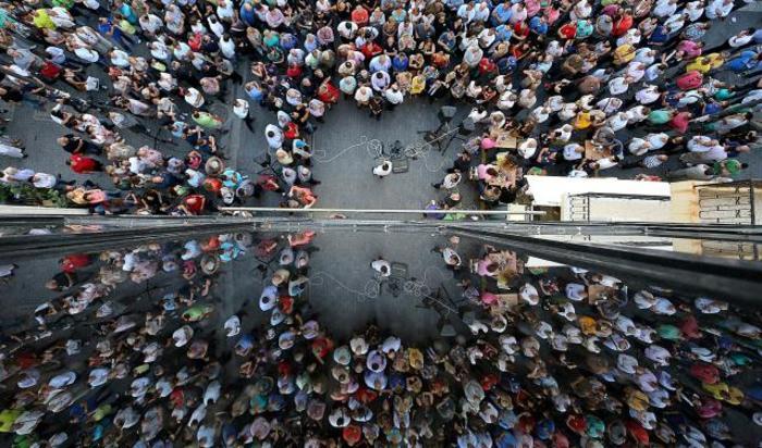 Сторонники Евросоюза во время демонстрации на Крите, Греция, 2 июля 2015.