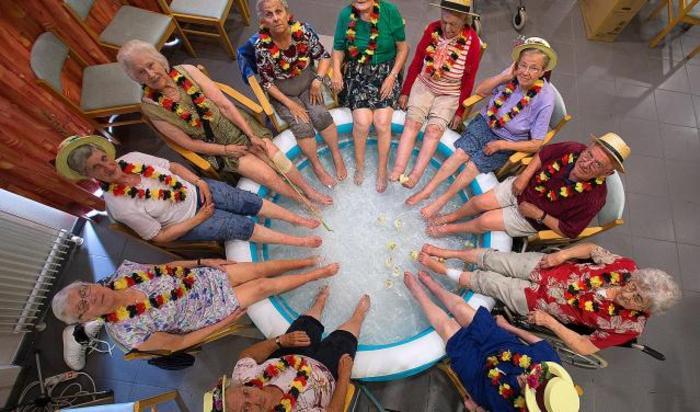 Жительницы Гримбергена, Бельгия, охлаждают ноги в бассейне в жаркий летний день.